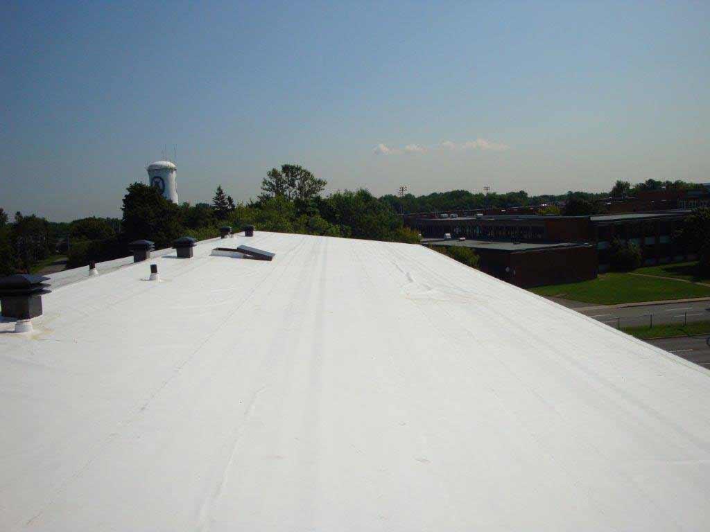 toit blanc en membran TPO à Ste-Anne-de-Bellevue